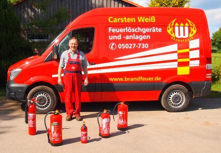 Inhaber Carsten Weiß mit Firmenwagen